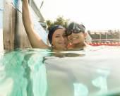 Anne oğlunu havuzda yüzme dersi veren — Stok fotoğraf