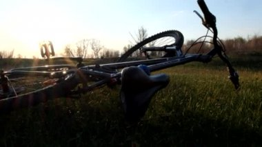 Mount bike on the grass: horizontal photo format, copy space on right. — Stock Video