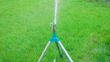 Garden sprinkler on tripod slow motion — Stock Video