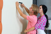 Couple together has small home repairs — Stockfoto