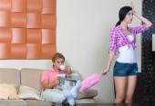 Jonge vrouw schoonmaak van het appartement — Stockfoto