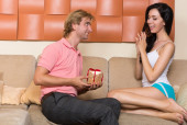 Man gives a gift to a woman — Stockfoto