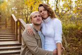Casal andando no parque outono — Fotografia Stock