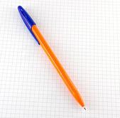 Uma caneta no papel verificada do bloco de notas — Fotografia Stock