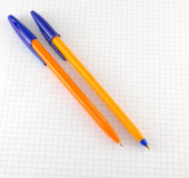 Two pen on the checked paper of notepad — Stockfoto