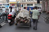 Man with overloaded cart in Shanghai — Stock Photo