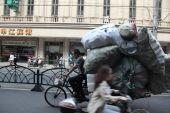 Overloaded bike, Shanghai, China — Stock Photo