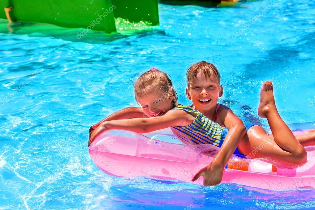 Kinder schwimmen auf Rosa Strand aufblasbare Matratze am