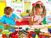 Chlapec a dívka malba. — Stock fotografie