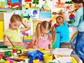 Děti s učitelem malířství. — Stock fotografie