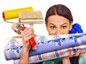 Builder woman with wallpapers. — Stock fotografie