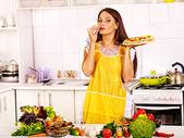 女のピザを料理. — ストック写真