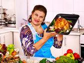женщина, готовящаяся курица — Стоковое фото