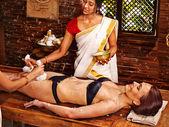 Mujer teniendo ayurvedic spa de pies masaje. — Foto de Stock