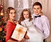 Familie dressing-weihnachtsbaum. — Stockfoto