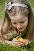 Niño buscar huevos de pascua al aire libre — Foto de Stock