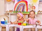 Niños pintura en caballete. — Foto de Stock