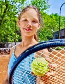 Girl with racket and ball on  tennis court — Стоковое фото