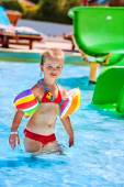 Child with armbands playing in swimming pool. — Stock Photo
