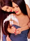 Mujeres lesbianas con palomas — Foto de Stock