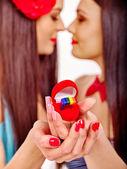 Duas mulheres lésbicas com anel de casamento. — Fotografia Stock