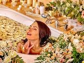 Frau im Luxus-spa. — Stockfoto