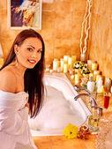 Mujer baño relajante en casa. — Foto de Stock