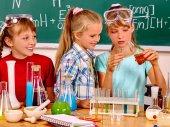 Kind im Chemieunterricht. — Stockfoto