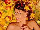 Frau Herbst Obst holding. — Stockfoto