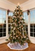 Decorated christmas tree in modern family room — Stock Photo