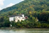 Pfarre Schonbuhel or Schoenbuehel on Danube riverbank — Stockfoto
