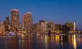 Yachts in Ala Moana harbor in Waikiki at night — Stock Photo