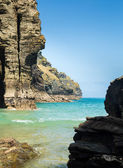 Cliffs jutting into the ocean from Bossiney Haven cove, Cornwall — Stock Photo