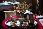 Antique china tea set on silver tray — Stock Photo