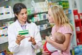 Farmacia chimico, madre e bambino in farmacia — Foto Stock