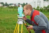 Topógrafo trabaja con teodolito — Foto de Stock