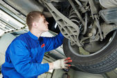 Auto mechanic at car brake shoes eximining — Stock Photo