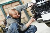 自動車整備士の車を研磨 — ストック写真