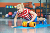Woman pushing up in fitness gym — ストック写真