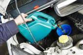 автомеханик заливки масла в двигатель двигатель — Стоковое фото