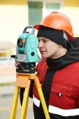 Surveyor fungerar med teodolit — Stockfoto