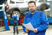Lächelnd mechaniker auto mechaniker — Stockfoto