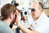 Oculista o optometrista ottico al lavoro — Foto Stock