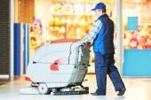 ワーカー マシンと店の床のクリーニング — ストック写真