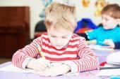 Barn pojke skrivande — Stockfoto