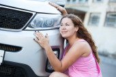 Girl embraces vehicle — Foto Stock