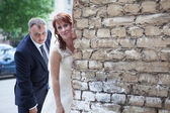 Newlywed couple peek around — Stock Photo