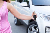 Woman showing ignition key — Foto Stock