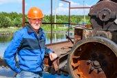Mühendis işçi yakınındaki kanalizasyon arıtma mekanizması — Stok fotoğraf