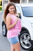 Arabanın önünde duran kadın — Stok fotoğraf